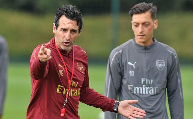 Đến tận sân tập xin gặp Ozil, HLV ĐT Đức bị Arsenal đối xử phũ phàng
