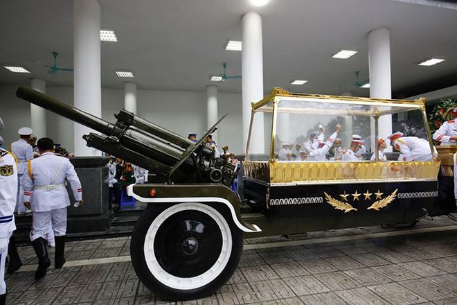 Xe tang đưa linh cữu Chủ tịch nước Trần Đại Quang về quê hương Ninh Bình - Ảnh 68.