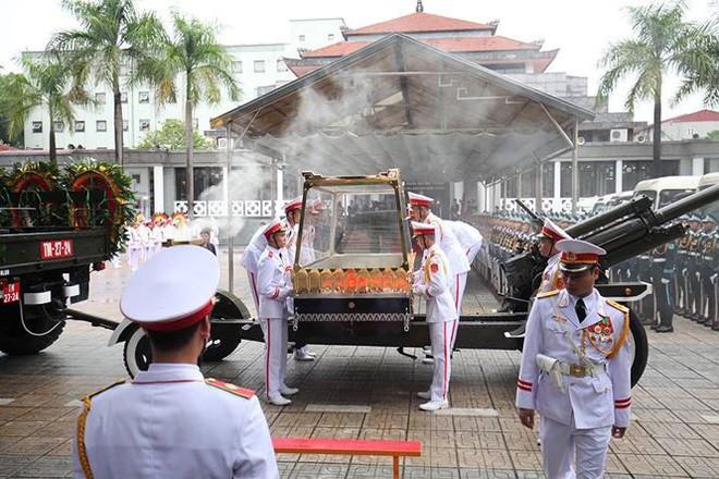 Xe tang đưa linh cữu Chủ tịch nước Trần Đại Quang về quê hương Ninh Bình - Ảnh 70.