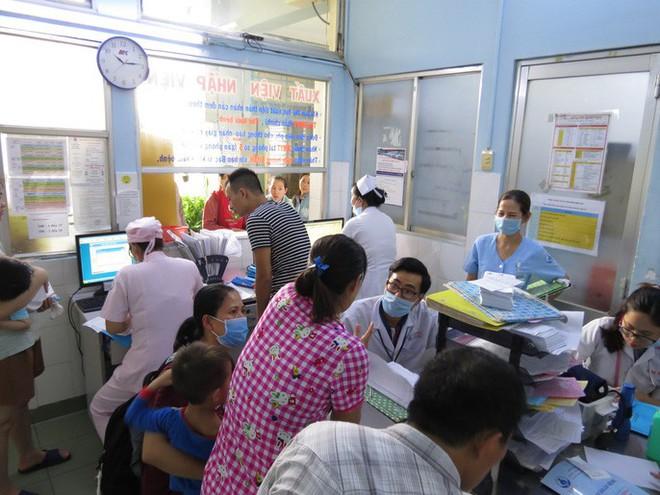 Hàng trăm trẻ nhập viện vì bệnh tay chân miệng - Ảnh 1.