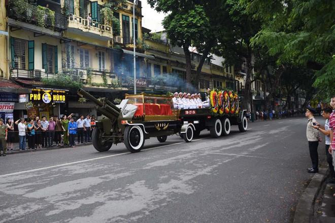 Xe tang đưa linh cữu Chủ tịch nước Trần Đại Quang về quê hương Ninh Bình - Ảnh 36.