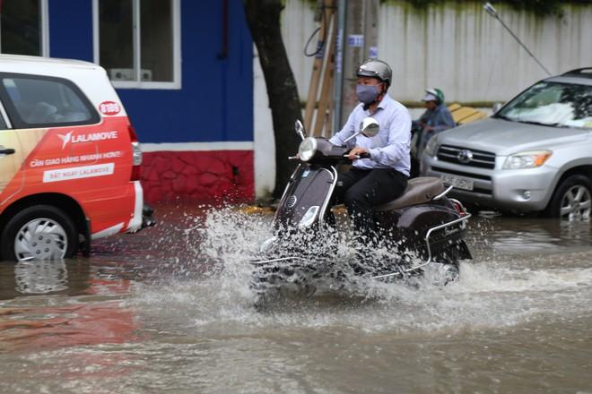 Phố nhà giàu ở Sài Gòn ngập sau mưa - ảnh 1