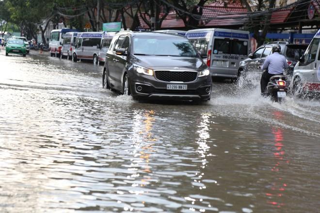 Phố nhà giàu ở Sài Gòn ngập sau mưa - ảnh 2