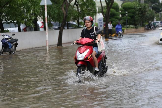 Phố nhà giàu ở Sài Gòn ngập sau mưa - ảnh 3