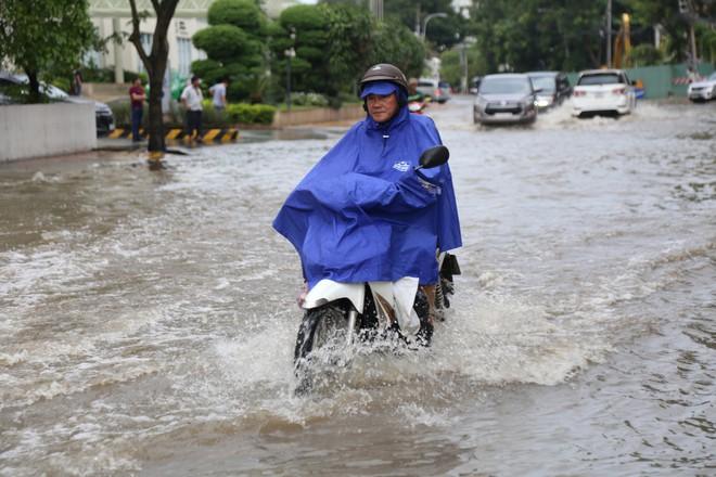 Phố nhà giàu ở Sài Gòn ngập sau mưa - ảnh 4