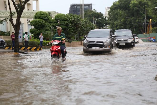 Phố nhà giàu ở Sài Gòn ngập sau mưa - ảnh 5
