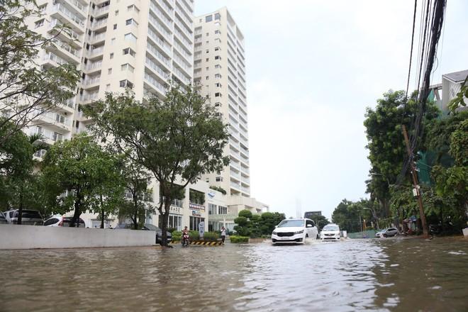 Phố nhà giàu ở Sài Gòn ngập sau mưa - ảnh 7