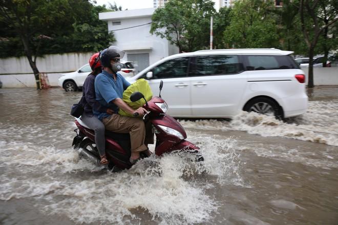 Phố nhà giàu ở Sài Gòn ngập sau mưa - ảnh 8
