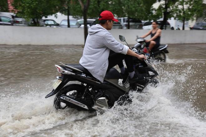 Phố nhà giàu ở Sài Gòn ngập sau mưa - ảnh 9