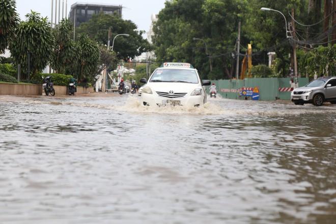 Phố nhà giàu ở Sài Gòn ngập sau mưa - ảnh 10