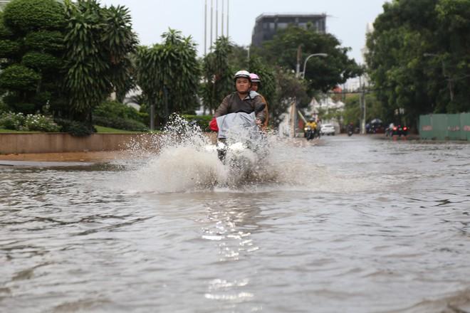 Phố nhà giàu ở Sài Gòn ngập sau mưa - ảnh 11