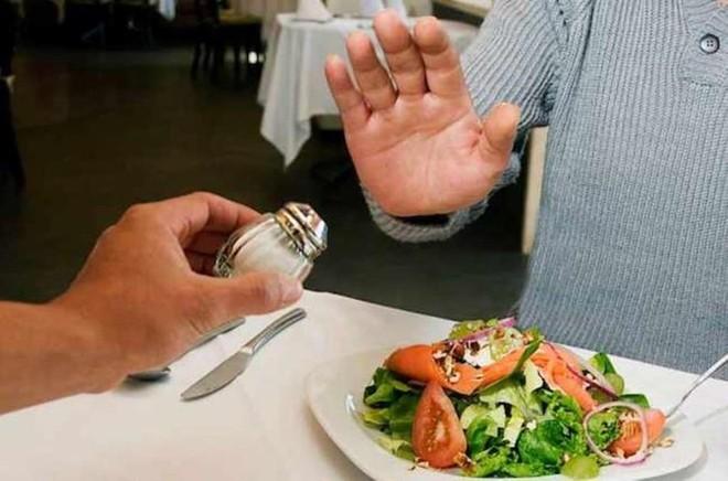 Làm thế nào để giảm bớt lượng muối trong khi ăn uống? - Ảnh 1.