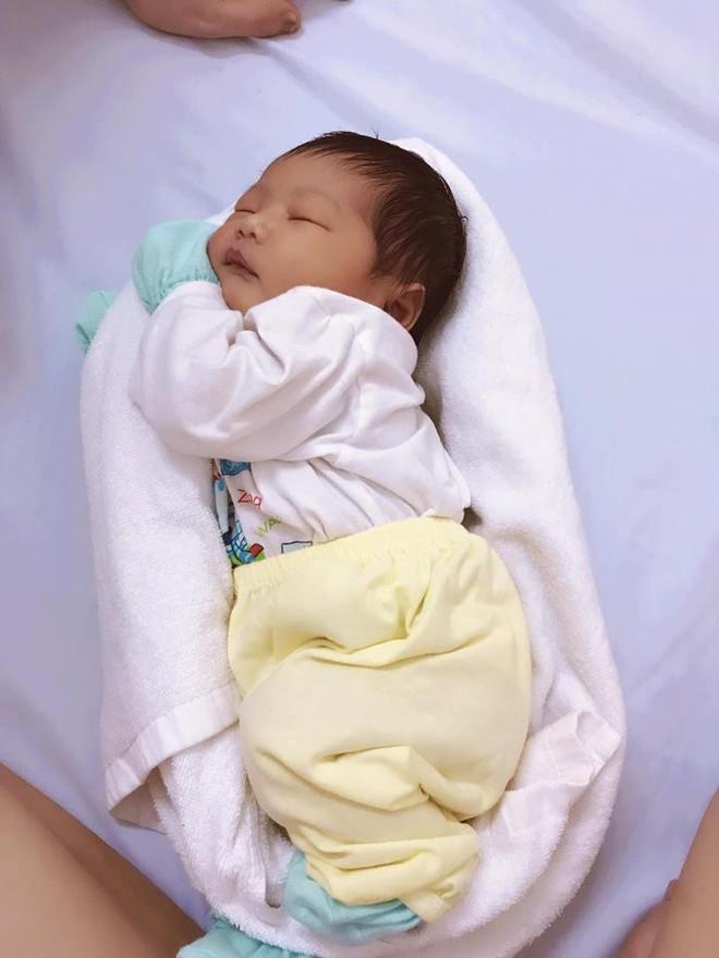 Nữ y tá Việt quấn khăn giúp bé ngủ ngon được 18 triệu phụ huynh trên thế giới ngả mũ - Ảnh 1.