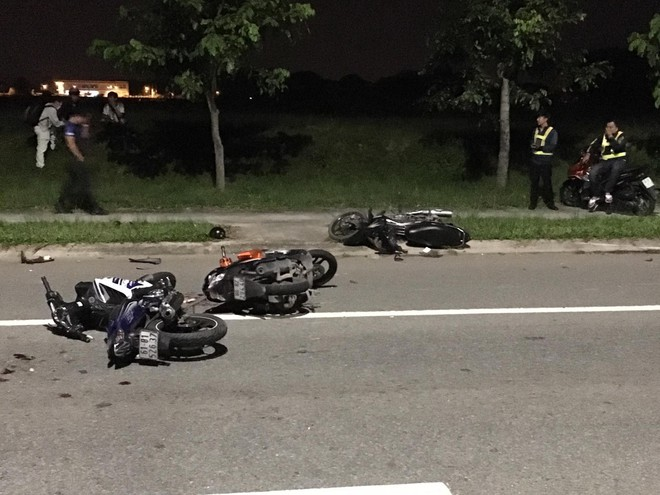 3 xe máy tông nhau liên hoàn trong đêm, 4 nạn nhân ngã trên đường - Ảnh 1.