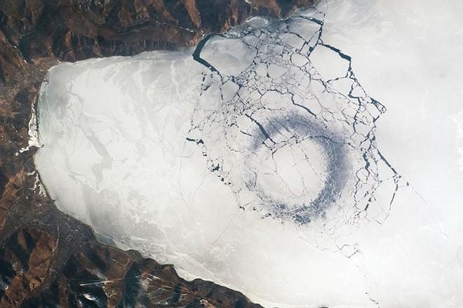 Ảnh: Vẻ đẹp mát lạnh, trong vắt của hồ Baikal ở Siberia (Nga) - Ảnh 12.
