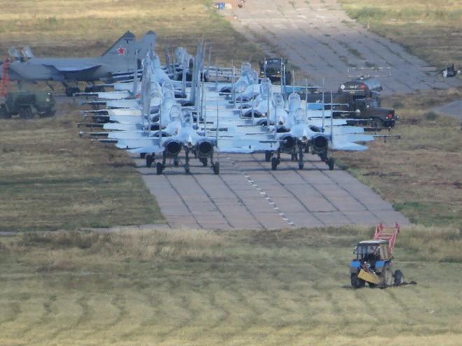 Cảnh tượng hiếm gặp tại sân bay thử nghiệm của Nga - ảnh 1