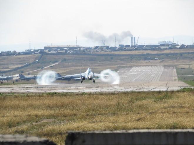 Cảnh tượng hiếm gặp tại sân bay thử nghiệm của Nga - ảnh 4