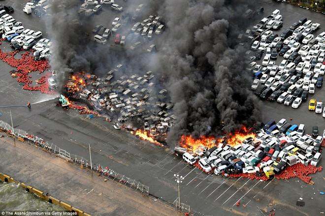 Siêu bão mạnh nhất 1/4 thế kỷ của Nhật: Hàng trăm ô tô cháy ngùn ngụt trong biển lửa - Ảnh 4.