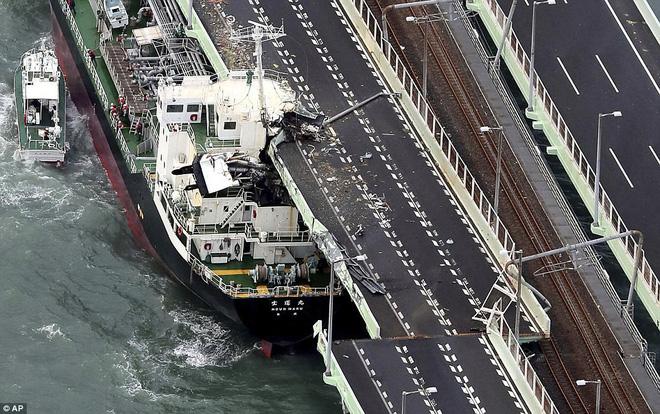 Siêu bão mạnh nhất 1/4 thế kỷ của Nhật: Hàng trăm ô tô cháy ngùn ngụt trong biển lửa - Ảnh 5.