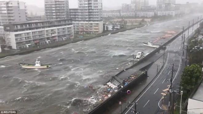 Siêu bão mạnh nhất 1/4 thế kỷ của Nhật: Hàng trăm ô tô cháy ngùn ngụt trong biển lửa - Ảnh 7.