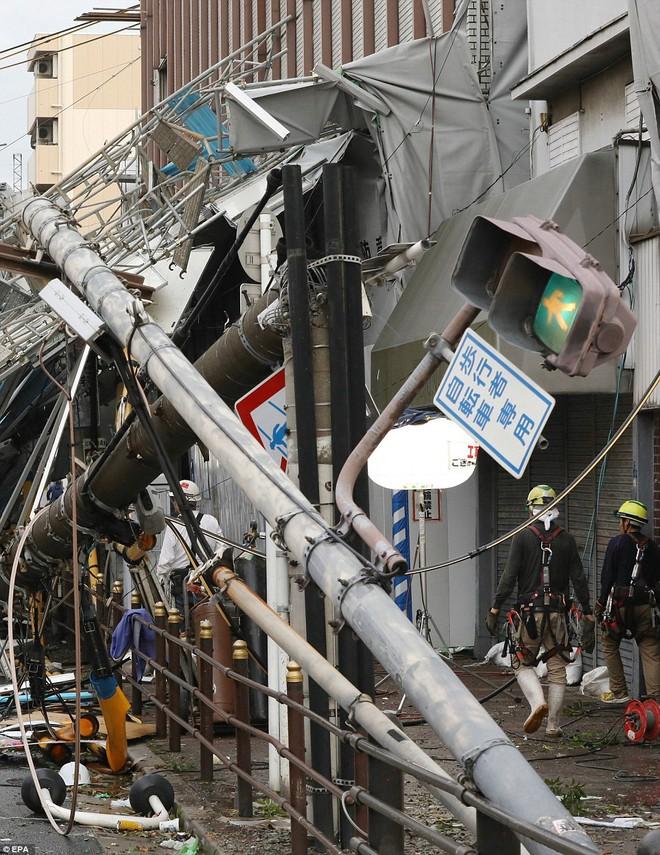 Siêu bão mạnh nhất 1/4 thế kỷ của Nhật: Hàng trăm ô tô cháy ngùn ngụt trong biển lửa - Ảnh 10.
