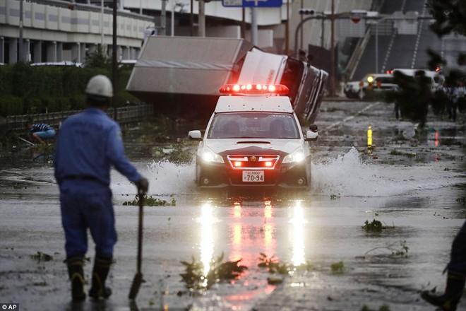 Siêu bão mạnh nhất 1/4 thế kỷ của Nhật: Hàng trăm ô tô cháy ngùn ngụt trong biển lửa - Ảnh 11.