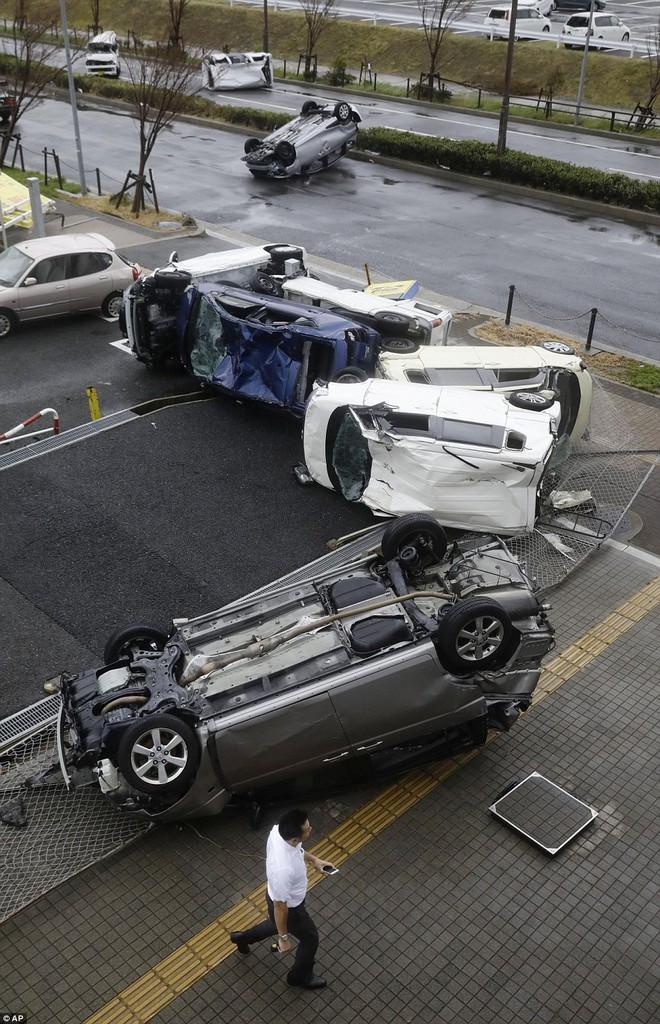 Siêu bão mạnh nhất 1/4 thế kỷ của Nhật: Hàng trăm ô tô cháy ngùn ngụt trong biển lửa - Ảnh 12.