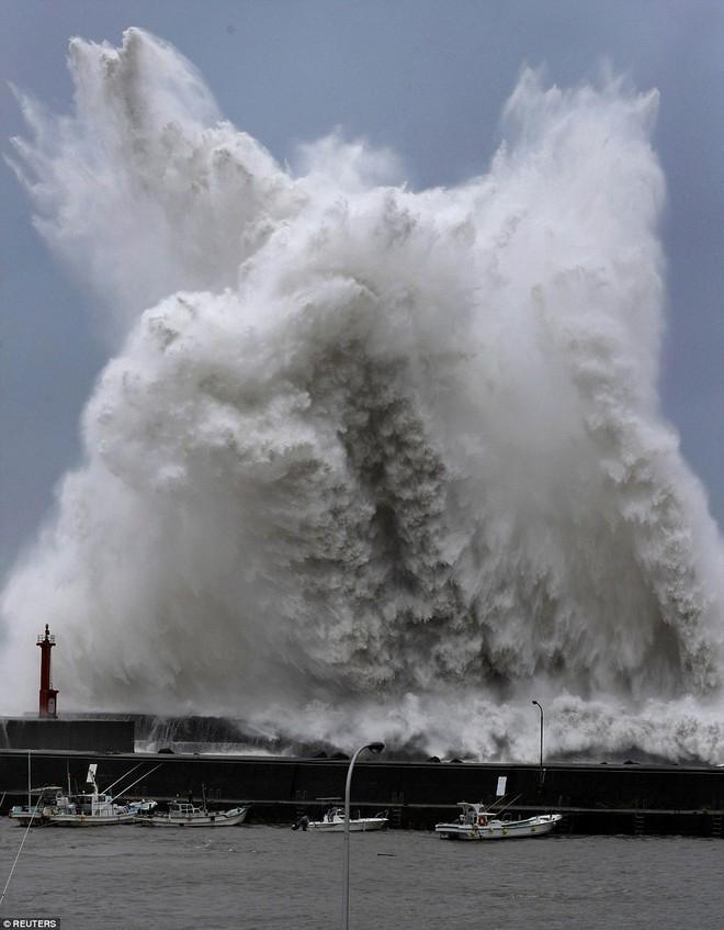 Siêu bão mạnh nhất 1/4 thế kỷ của Nhật: Hàng trăm ô tô cháy ngùn ngụt trong biển lửa - Ảnh 1.