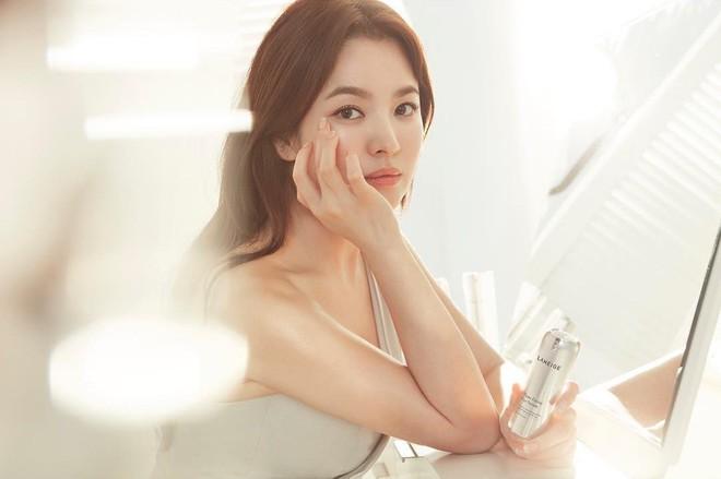 Đằng sau những tin đồn oái oăm nhất Kbiz: Song Hye Kyo làm gái bao, Son Ye Jin yêu đồng tính tay ba? - Ảnh 3.