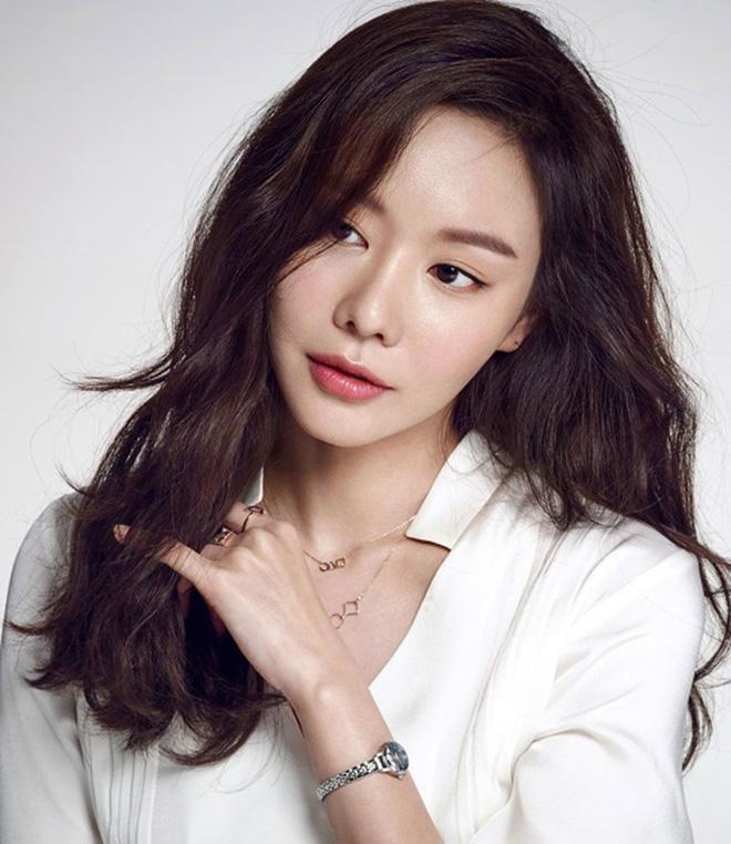 Đằng sau những tin đồn oái oăm nhất Kbiz: Song Hye Kyo làm gái bao, Son Ye Jin yêu đồng tính tay ba? - Ảnh 6.
