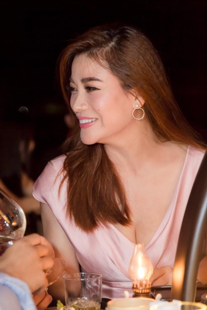 Vợ MC Bình Minh được khen trẻ, đẹp khi đọ sắc với Trương Ngọc Ánh - Ảnh 4.