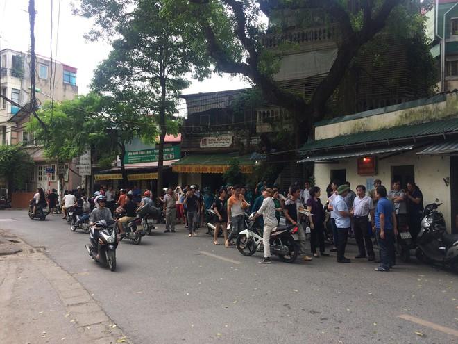 [Nóng] Chung cư cao tầng rung lắc sau động đất ở Hà Nội, cư dân hoảng loạn tháo chạy - Ảnh 3.