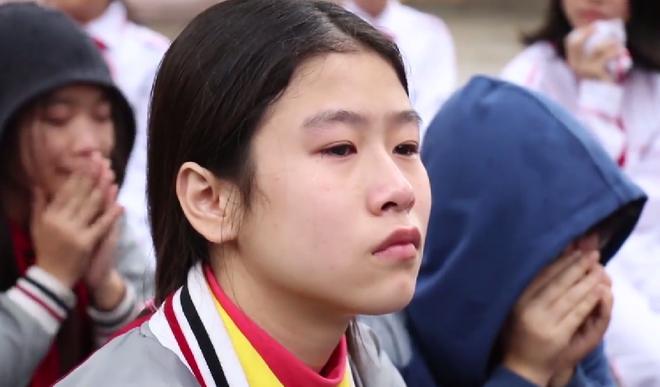 Học sinh cùng thầy cô ở Hà Nội khóc như mưa giữa sân trường vì một bài chia sẻ - Ảnh 3.