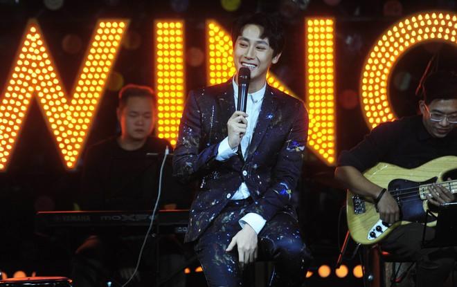 Rocker Nguyễn xúc động trước tình yêu của khán giả Hà Nội - Ảnh 1.