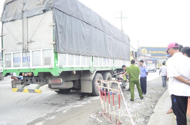 Người thân khóc ngất bên thi thể cụ bà bị xe tải cán - Ảnh 2.