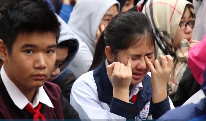 Học sinh cùng thầy cô ở Hà Nội khóc như mưa giữa sân trường vì một bài chia sẻ - Ảnh 2.