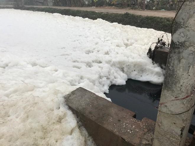 Cận cảnh dòng sông tuyết, bọt tung cao cả mét ở Hà Nam - Ảnh 4.