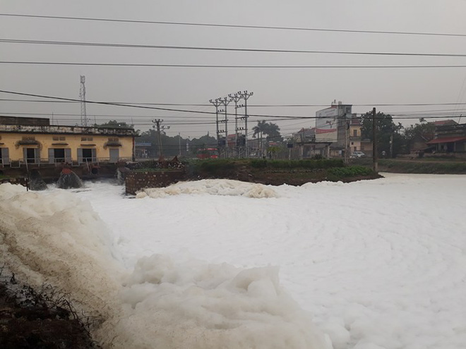 Dòng sông tuyết ở Hà Nam: Bọt trắng bay cả vào nhà - Ảnh 2.