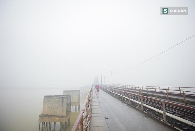 Hà Nội mờ ảo trong sương mù dày đặc - Ảnh 2.