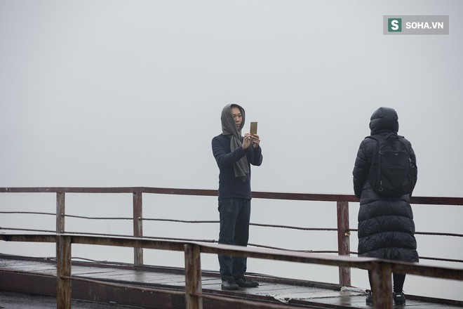 Hà Nội mờ ảo trong sương mù dày đặc - Ảnh 6.