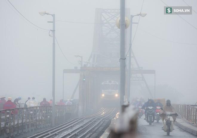 Hà Nội mờ ảo trong sương mù dày đặc - Ảnh 3.