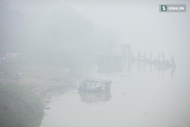 Hà Nội mờ ảo trong sương mù dày đặc - Ảnh 5.
