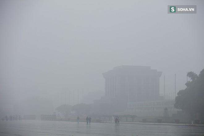 Hà Nội mờ ảo trong sương mù dày đặc - Ảnh 7.