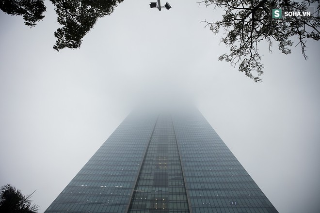 Hà Nội mờ ảo trong sương mù dày đặc - Ảnh 10.