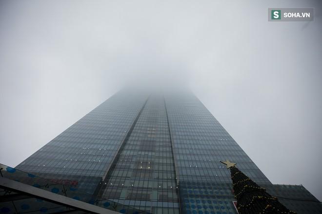 Hà Nội mờ ảo trong sương mù dày đặc - Ảnh 9.