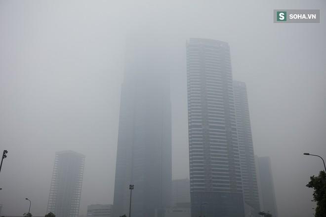 Hà Nội mờ ảo trong sương mù dày đặc - Ảnh 8.