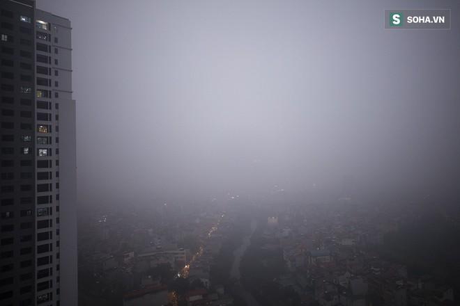 Hà Nội mờ ảo trong sương mù dày đặc - Ảnh 12.