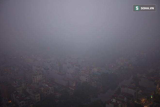 Hà Nội mờ ảo trong sương mù dày đặc - Ảnh 11.