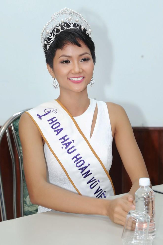 Hàng trăm sinh viên ùa tới khi hoa hậu HHen Niê về thăm trường cũ - Ảnh 10.