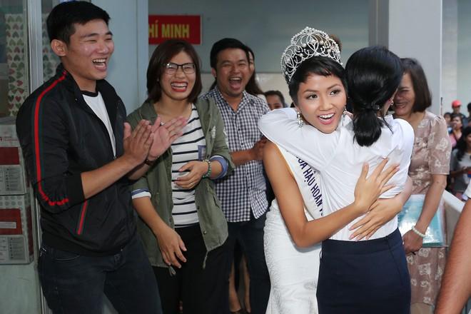 Hàng trăm sinh viên ùa tới khi hoa hậu HHen Niê về thăm trường cũ - Ảnh 11.